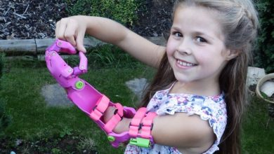 Photo of VIDEO. O mână de ajutor: Doi voluntari britanici le dăruiesc brațe copiilor care se nasc fără ele
