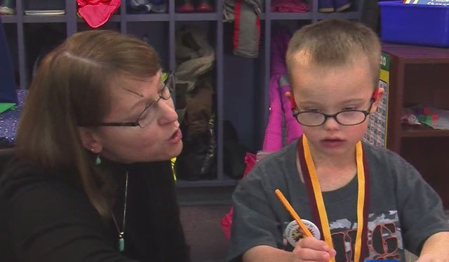 Photo of Un băiețel cu sindrom Down a devenit erou salvându-și colegul ce se sufoca