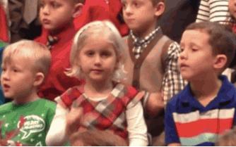 Photo of O fetiță își surprinde părinții surzi cântându-le la serbarea de Crăciun în limbajul semnelor