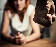 """Photo of Adolescentă de cincisprezece ani: """"Ar trebui să avortez ca să rămân cu prietenul meu abuziv?"""""""