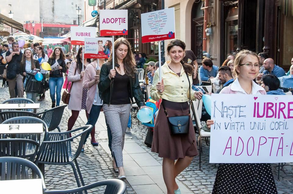 Photo of De Ziua Națională a Adopției, studenții le-au amintit bucureștenilor că adopția este o alegere nobilă