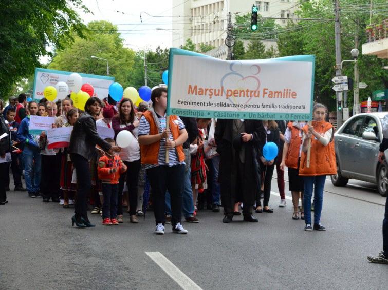 Photo of Peste 8.000 de persoane au participat la Marșul pentru Familie organizat la Iași (GALERIE FOTO)