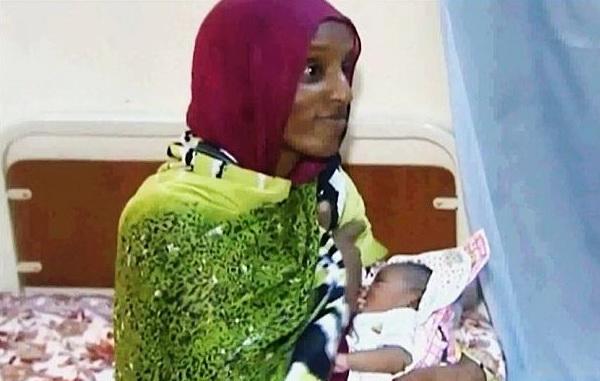 Photo of Meriam Ibrahim: Bebelușul meu are dizabilități deoarece am născut având picioarele în lanțuri