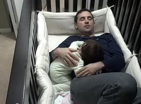 Photo of VIDEO. Sfaturi pentru tați disperați: Cum să-ți adormi copilul urcându-te în pătuțul lui!