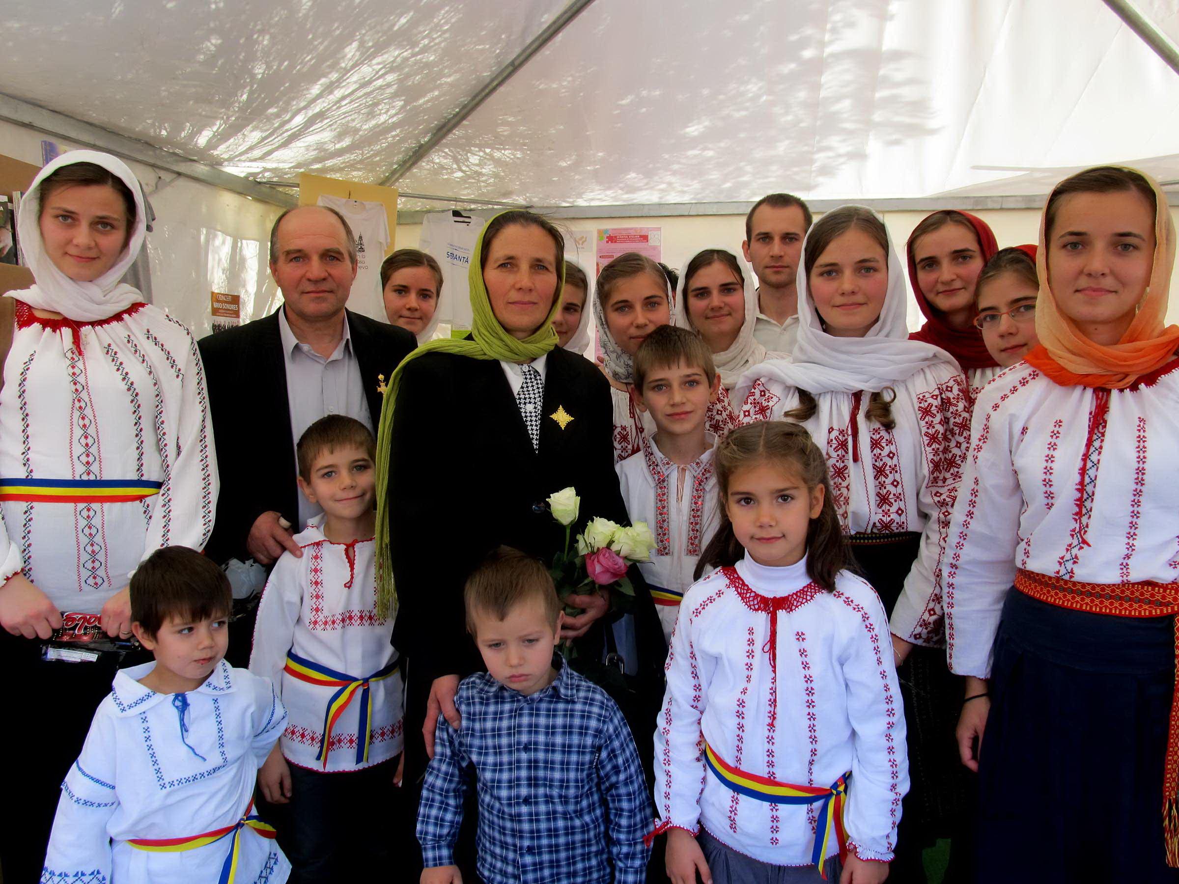 """Photo of Tatăl a 13 copii: """"Când s-au înmulțit copiii, ne-am îmbogățit și noi!"""" – interviu cu familia care a primit Ordinul Patriarhal """"Sfinții Martiri Brâncoveni"""""""