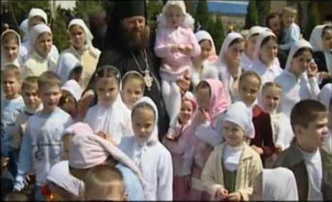 Photo of Tată pentru 400 de copii – Părintele Mihail Jar de la Mănăstirea Bănceni, Bucovina