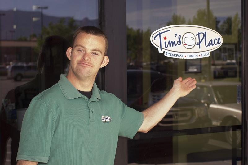 Photo of Tim are sindrom Down, dar este proprietarul celui mei prietenos restaurant din lume (VIDEOCLIP)