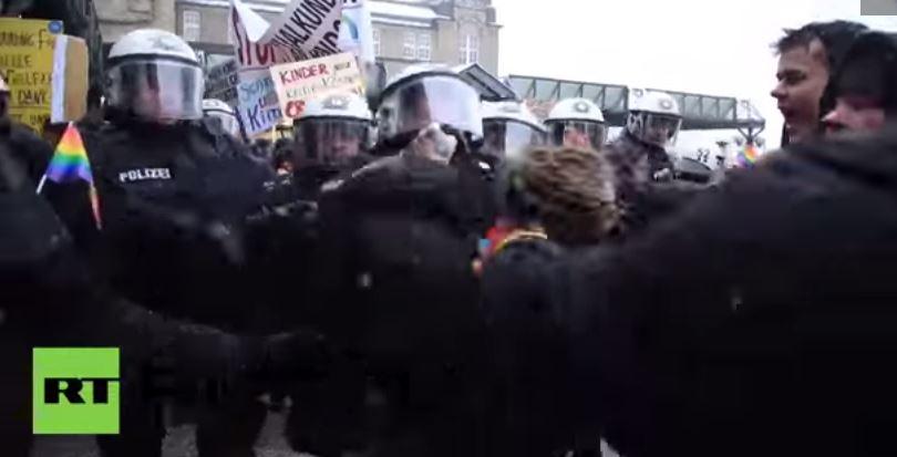 Photo of Germania: Manifestanți împotriva orei de educație sexuală, atacați de simpatizanți pro-homosexuali și anarhiști VIDEO