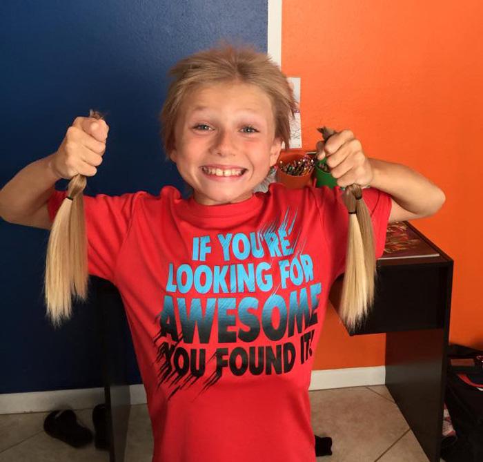 Photo of Acest băiețel în vârstă de opt ani a îndurat umilințe timp de doi ani în care și-a lăsat părul să crească, pentru realizarea unor peruci destinate copiilor bolnavi de cancer