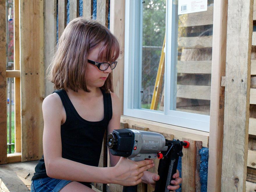 Photo of O fetiță în vârstă de nouă ani construiește adăposturi și cultivă alimente pentru oamenii străzii