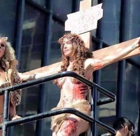 Photo of O grotescă parodiere a crucificării lui Iisus Hristos: În Sao Polo, două milioane de participanți la o paradă gay