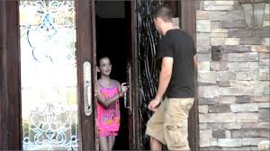 Photo of POT SĂ INTRU ÎN CASĂ?: Un experiment îngrijorător care demonstrează cât de ușor pot fi păcăliți copiii