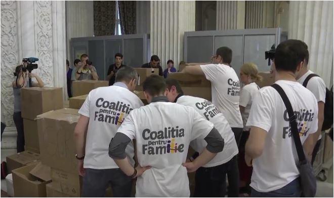Photo of VIDEO: Coaliția pentru familie a depus la Parlament cele 3 milioane de semnături pentru revizuirea Constituției
