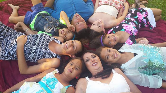 Photo of Familie adoptă 4 copii după ce mama lor a murit de cancer
