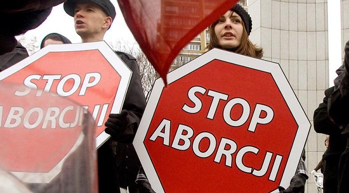 Photo of Polonia: 500.000 de persoane au semnat pentru restricționarea avortului. Feministele au protestat în negru, polonezii pro-viață au manifestat în alb