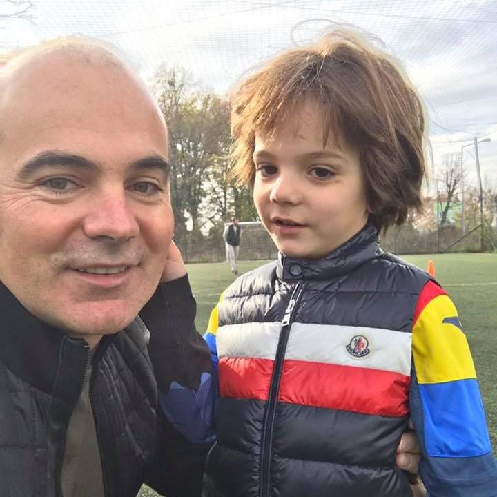 """Photo of VIDEO. Rareș Bogdan: Să știți că sunt foarte fericit că sunt """"înapoiat"""" și că așa am primit educație, să fiu """"înapoiat"""", mergând la sfânta biserică!"""