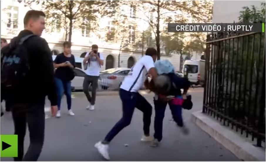 """Photo of VIDEO ȘOCANT. Cât de toleranți sunt cei care se pretind astfel: Paris, 2016. Susținătorii """"căsătoriei"""" homosexuale bat în stradă un susținător al familiei naturale, în fața soției și copiilor lui"""