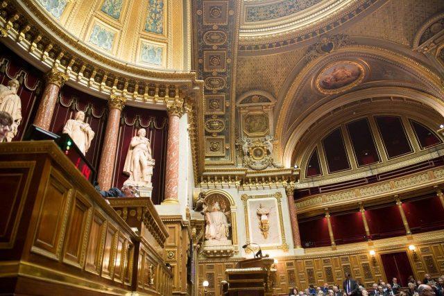 """Photo of Senatul francez aprobă și el legea care definește delictul de """"obstrucție a accesului la avort"""". Expert ONU – este periculoasă pentru libertatea de exprimare în chestiuni pro-viață"""