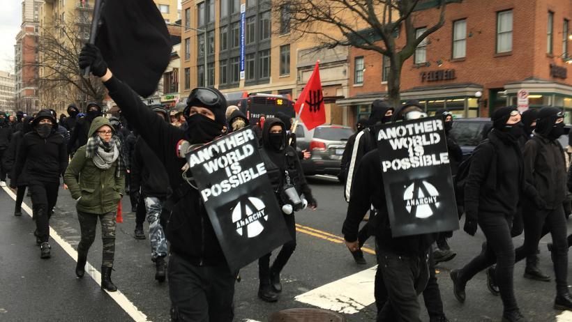 Photo of VIDEO & FOTO: Protestatarii anti-Trump din ziua inaugurării: ideologie de extremă stângă și simbolistica negrului