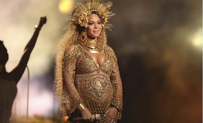 Photo of UPDATED. Beyonce celebrează maternitatea la Premiile Grammy. Blogger: Oare numai copiii nenăscuți ai vedetelor sunt valoroși?