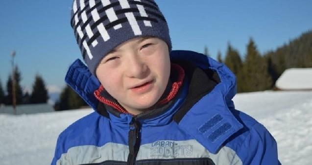 Photo of Iulian Coltor, adolescentul cu Sindrom Down din Alba Iulia care este pasionat de mișcare, va reprezenta România la Special Olympics Austria 2017