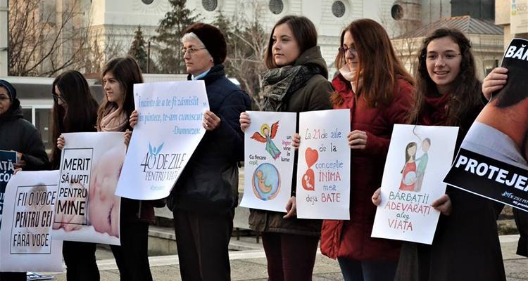 """Photo of Iași: Campania de veghe pașnică și rugăciune """"40 de zile pentru viață"""" salvează un copilaș de la avort"""