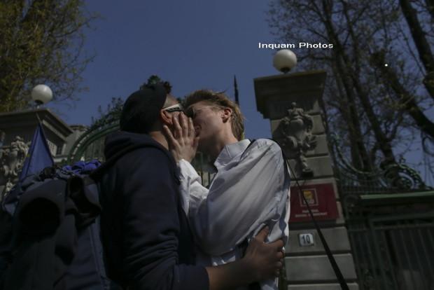 Photo of UPDATED: Discuții pe Facebook. FOTO, VIDEO: Un grup de homosexuali a protestat la sediul PSD față de declarațiile senatorului Ioan Deneș