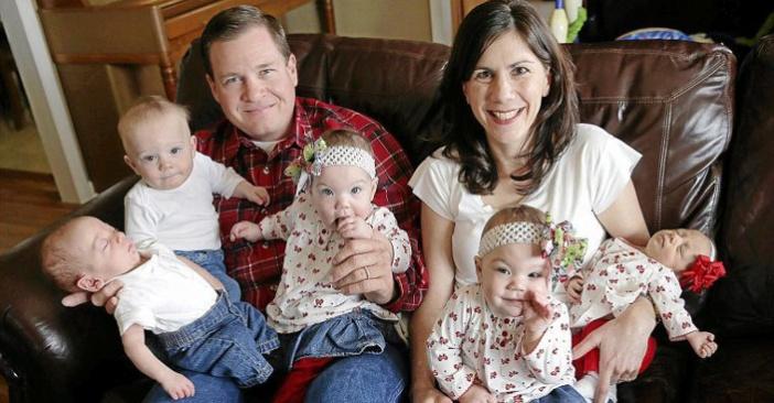 """Photo of """"Dumnezeu are un excepțional simț al umorului"""": Un cuplu adoptă tripleți, apoi află că li se vor naște și gemeni!"""