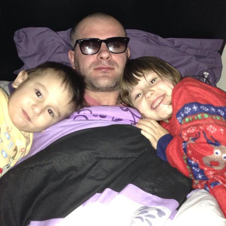 Photo of Florin Barbu în greva foamei, după ce copiii i-au fost abuziv ridicați din familie de autoritățile britanice și dați spre adopție unui cuplu de homosexuali