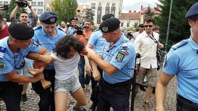Photo of VIDEO: Incident provocat la mitingul pentru familia naturală de la Cluj de o susținătoare a homosexualității