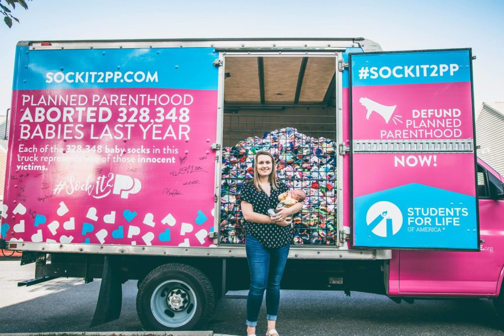 """Photo of Maddi Runkles, o mamă adolescentă din Maryland, se alătură campaniei """"Șosete pentru Planned Parenthood"""" organizată de Students For Life of America"""