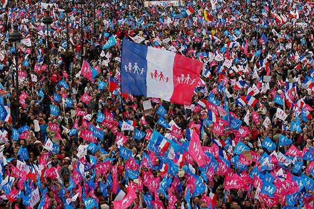 """Photo of Comentariu la o analiză din """"Adevărul"""" despre referendumul pentru căsătorie: """"În Franța au protestat împotriva (căsătoriei """"pentru toți"""") peste un milion de francezi, oare ei nu mai sunt europeni?"""""""