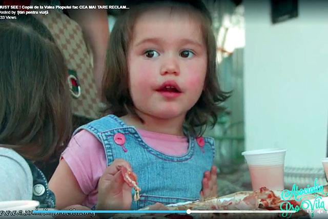 """Photo of VIDEO. """"Copiii Părintelui Tănase"""" de la Valea Plopului fac fără să vrea CEA MAI TARE RECLAMA LA PIZZA"""