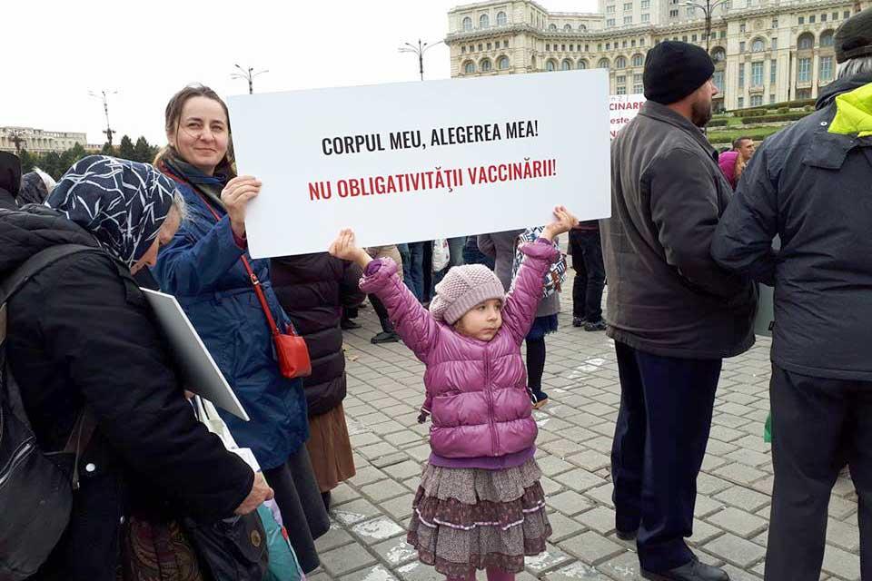 Photo of VIDEO. Protest împotriva legii care prevede obligativitatea vaccinării universale. Lanț uman în jurul Palatului Parlamentului din București
