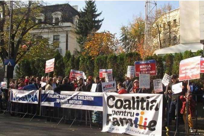 Photo of VIDEO. Protest organizat de Coaliția pentru Familie la Ambasada Finlandei din București pentru întoarcerea  copiilor Cameliei Smicală alături de mama lor