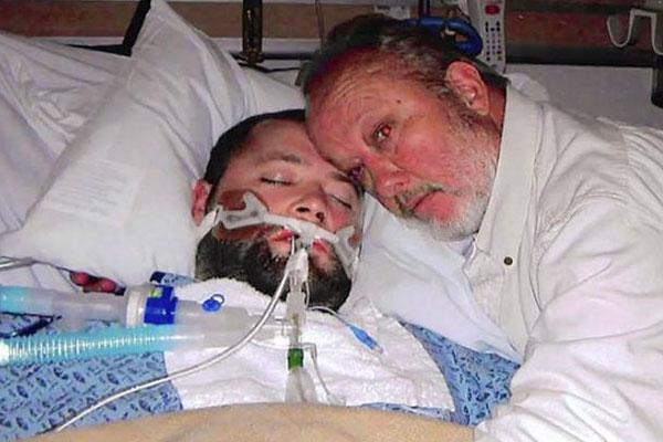 """Photo of Un tânăr s-a trezit  din """"moarte cerebrală"""" după ce tatăl său l-a protejat cu arma în mână de medicii care se pregăteau să-i recolteze organele"""