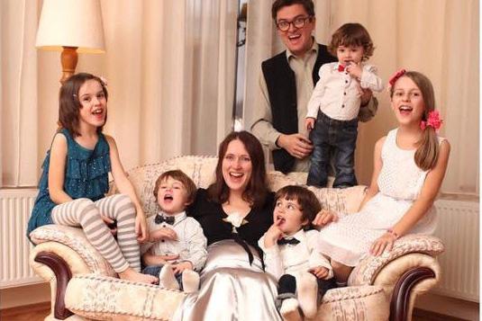 Photo of VIDEO. Un cântec de speranță și pentru copiii Smicală: Familia Bodnariu reunită a cântat la Micul Dejun cu Rugăciune din Parlamentul României