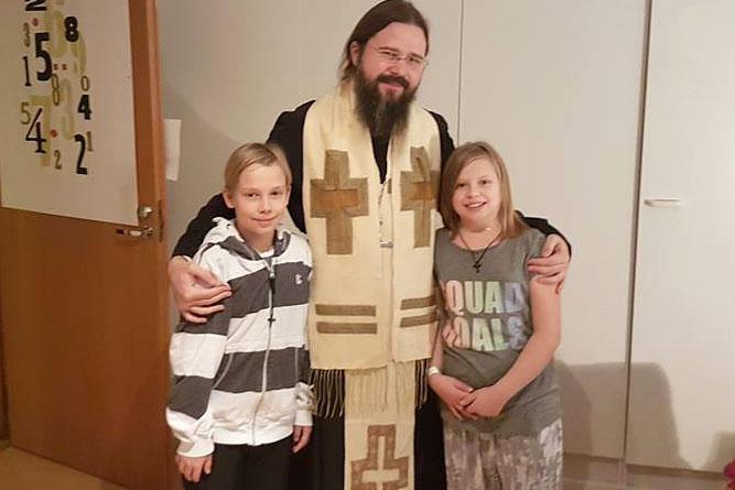 """Photo of Preasfințitul Părinte Episcop Macarie Drăgoi i-a vizitat pe copiii Cameliei Smicală: """"Nu văd nici un motiv să rămână departe de mama lor și separați între ei"""""""