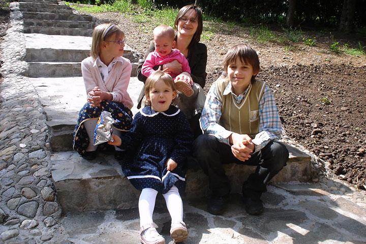 """Photo of Cristina Manea, profesoară din Cluj și mamă a patru copii, despre minunea de a fi mamă: """"E o greșeală să lași străinii să-ți fure bucuria venirii unui copil pe lume"""""""