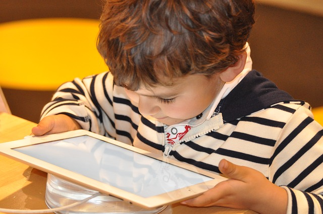 Photo of Folosirea intensă a dispozitivelor digitale reduce capacitatea mentală a copiilor noștri. Psihiatrul și neurocercetătorul Manfred Spitzer avertizează părinții și profesorii