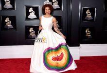 """Photo of Fashion statement: Cântăreața Joy Villa a purtat la Premiile Grammy o rochie de mireasă cu un bebeluș nenăscut pictat pe ea și cu sloganul """"Alege viața""""! Și-a dat copilul spre adopție la 21 de ani"""