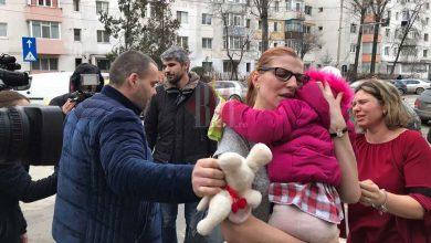 Photo of VIDEO. Se întâmplă în România: O mamă, îngenuncheată de durere după ce fetița i-a fost smulsă din brațe la ordinul judecătorilor