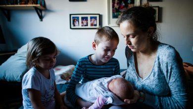 """Photo of Elena Dumitrescu: Jurnal de mămică (3) – """"Mama cu copil mic nu e bună de nimic. Excepție făcând mama cu copil mic și alții mai mari. Ea e obligată să fie bună la toate"""""""