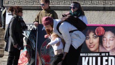 """Photo of O mamă îngenuncheată și înlăcrimată la întrebarea simplă a fetiței sale: """"DE CE?"""". Cum au schimbat imaginile cu copii avortați inima unor femei pro-avort"""