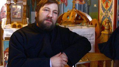 """Photo of Părintele Dan Damaschin, Moș Crăciun pentru mamele și copiii de la Maternitatea """"Cuza Vodă"""" din Iași"""
