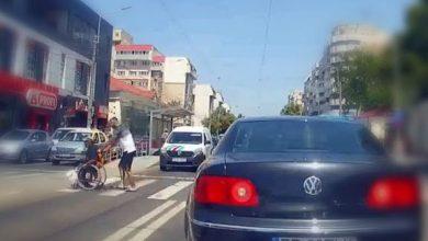 Photo of Un brăilean coboară dintr-o mașină de zeci de mii de euro ca să ajute un om în căruciorul rulant la o trecere de pietoni