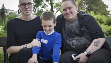 """Photo of """"Familia"""" viitorului este acum aici… pardon, în Anglia: Un tată care va fi mamă, o mamă care va fi tată și un băiat care nu se știe ce va fi"""