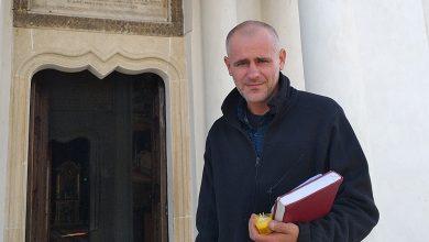 Photo of Florin Barbu, ai cărui copii au fost dați unui cuplu de homosexuali englezi milionari, a mers să se roage la Mănăstirea Cernica