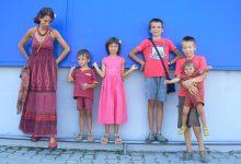 Photo of #postcardsformacron din  România: Cosmina Dragomir, doctor în arte vizuale, 5 copii