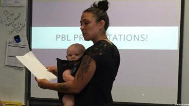 Photo of Grijă pentru studentele care au copii: o profesoară a ținut în brațe copilul unei studente în timpul cursului